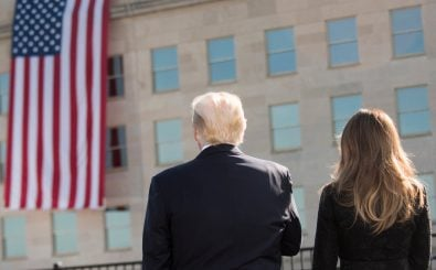 Donald und Melania Trump blicken auf die Flagge der USA. Foto: Trump, Pentagon leaders honor 9/11 victims | CC BY 2.0 | Chairman of the Joint Chiefs of Staff / flickr.com