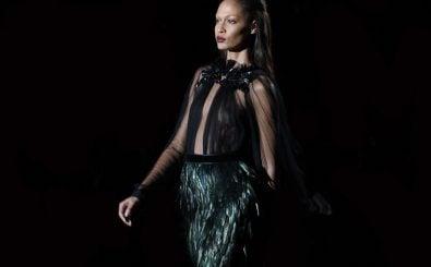 Ein Model präsentiert ein Kleid der italienischen Luxusmarke Gucci. Foto: Gucci | CC BY 2.0 | Mathieu Lebreton / flickr.com