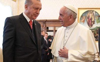Präsident Erdogan und Papst Franziskus im Gespräch. Foto: Alessandro di Meo / AFP