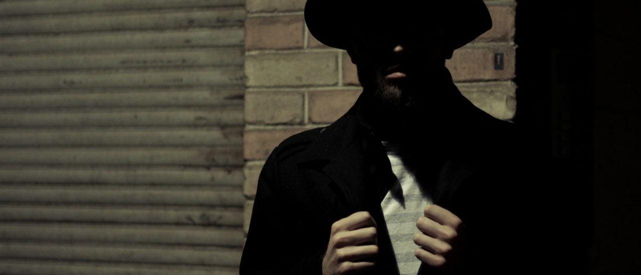 Geheimagenten arbeiten eher am Schreibtisch als nachts auf der Straße. Foto: unsplash.com | Sergiu Nista / unsplash.com