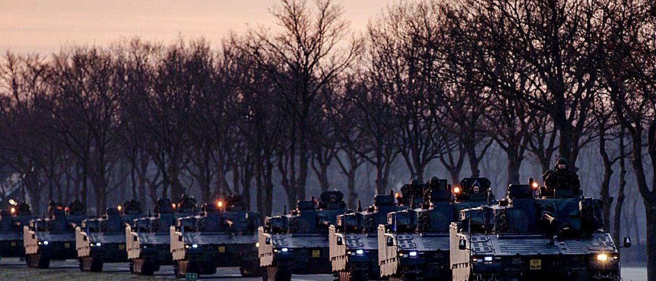 NATO-Panzer rollen am 8. Februar über belgische Straßen in Richtung Deutschland. Foto: Robin van Lonkhuijsen | ANP/AFP
