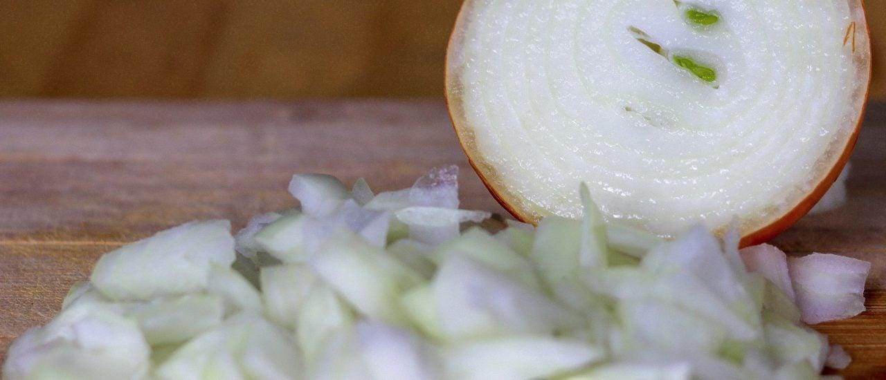 Schön sieht die Knolle aus, allerdings sorgt schon der erste Schnitt bei vielen Menschen für Tränen in der Küche. Foto: Merten Waage | detektor.fm
