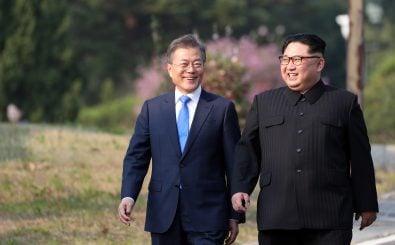 Eine erste Annäherung der beiden Machthaber auf südkoreanischem Boden. Foto: Korea Summit Press Pool | AFP