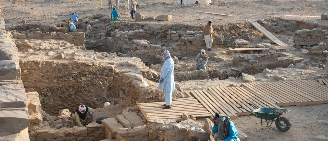 In einer saudi-arabischen Oase haben die Forscher mehr als 3000 Jahre alte Brenntöpfe gefunden. Foto: J.Kramer | Deutsches Archäologisches Institut