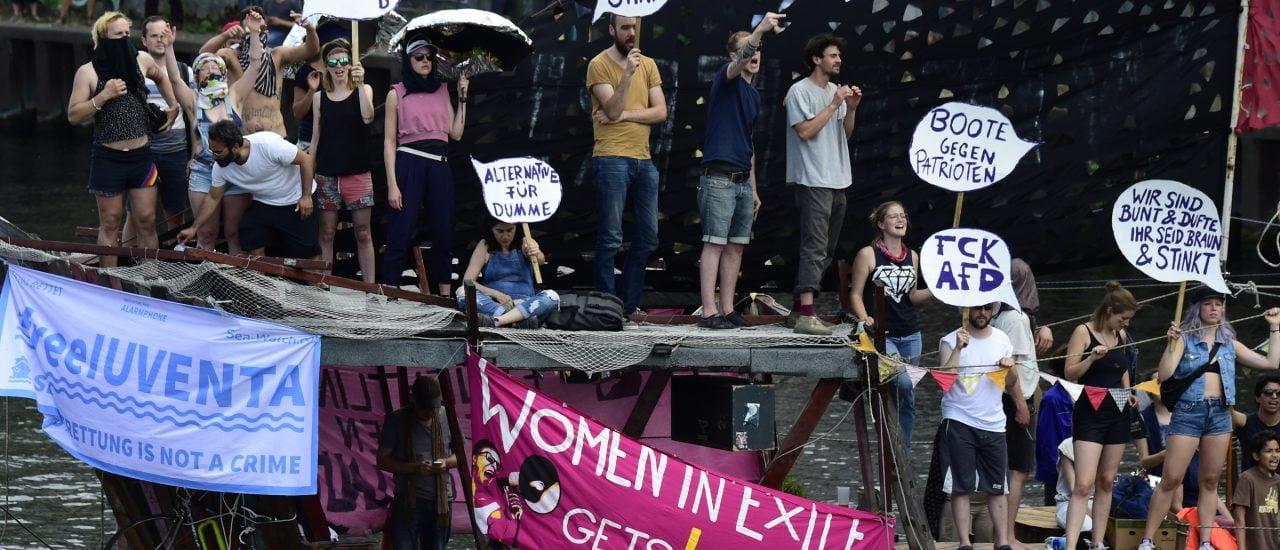 Demonstranten aus der Berliner Techno-Szene demonstrieren gegen die AfD. Foto: Tobias Schwarz | AFP