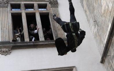 So, oder so ähnlich hat es sich wohl vor 400 Jahren abgespielt. Der Prager Fensturz. Foto: Miachael Cizek / AFP