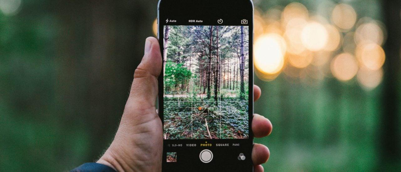 Einfach nur ein Foto? Das Smartphone sammelt dabei unbemerkt Daten. Der Ort, die Belichtung, sogar der Luftdruck kann während dessen aufgezeichnet werden. Foto: Merten Waage | detektor.fm