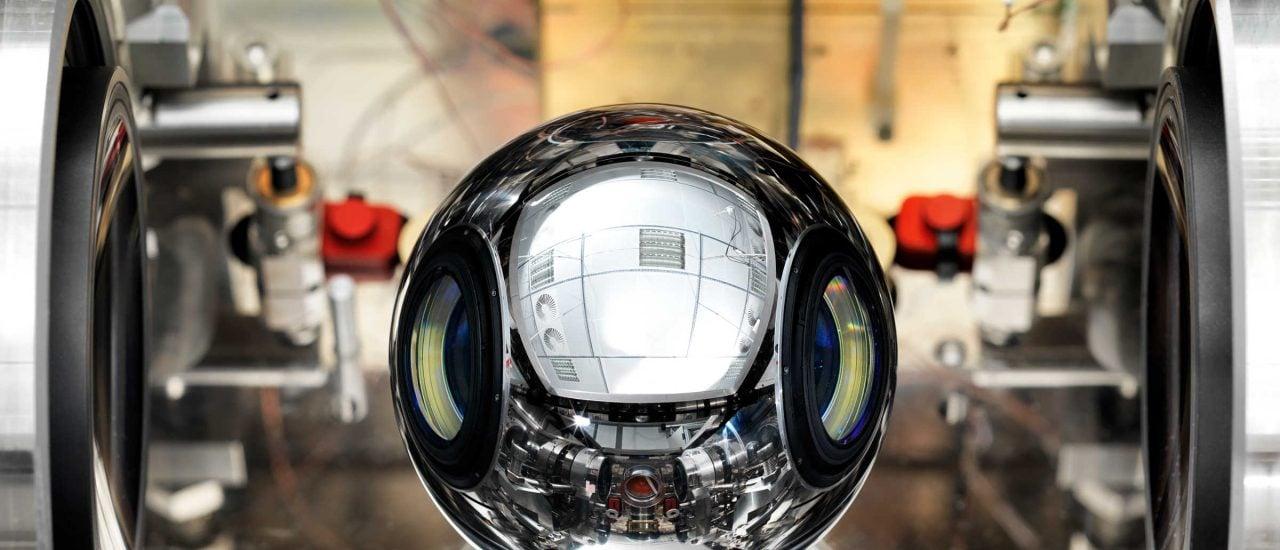 Das Urkilogramm schrumpft. Eine Siliziumkugel aus Braunschweig könnte die Lösung des Problems sein. Foto: Physikalisch-Technische Bundesanstalt