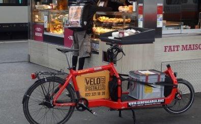 Bild:  Messager à vélo, cyclomessagerie « La Vélopostale », sur un quai de la gare Cornavin à Genève. Vélo cargo « Bullitt » (Larry vs Harry). | MHM55 / wikimedia | CC BY-SA 4.0
