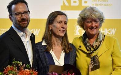 Carlo Chatrian (l.) neben Mariette Rissenbeek (m.) und Kulturministerin Monika Grütters. Foto: Tobias Schwarz | AFP