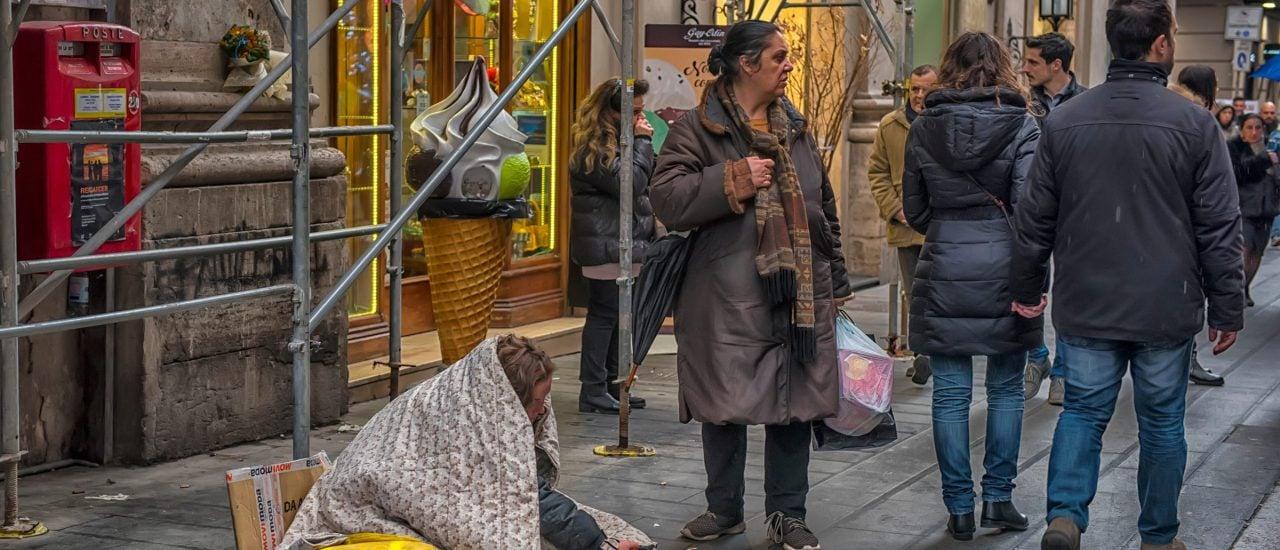 Eine Bettlerin in Neapel. Dass der Süden Italiens ärmer ist als der Norden, hat historische Ursachen. Bild: Evdoha_spb | shutterstock.com