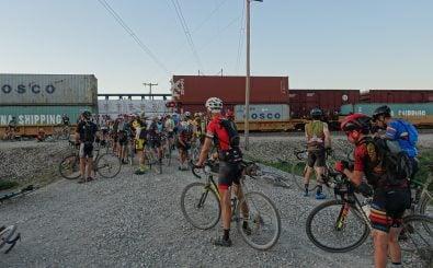 Lange Züge blockieren lange Strecken: Rennsituation beim Dirty Kanza. Bild: Manuel Jekel