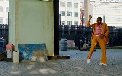 Extravagante Outfits und amerikanische Urbanität vereint das neue Video von Chaka Khan. Screenshot: Chaka Khan – Like Sugar | youtube.com