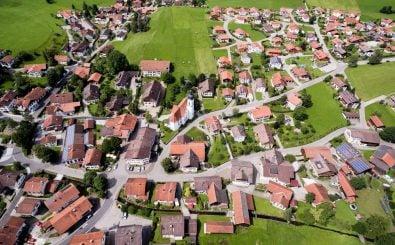 Kleinstadtleben: für viele Menschen wieder attraktiv. Foto: Andreas Gucklhorn | unsplash.com