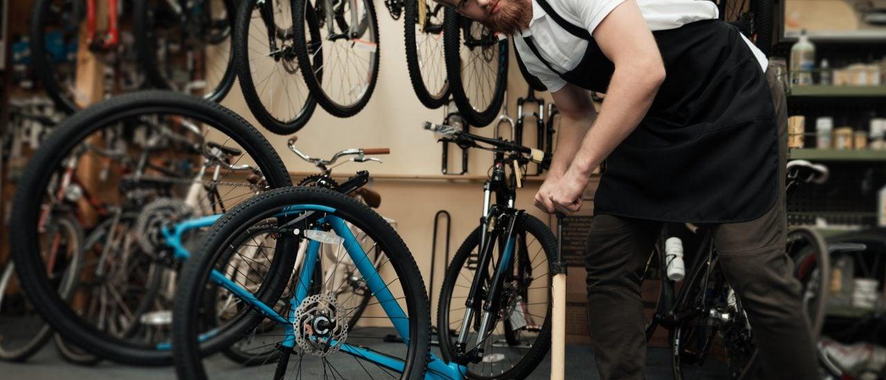 Fahrradmechaniker bei der Arbeit. Foto: shutterstock | VGstockstudio