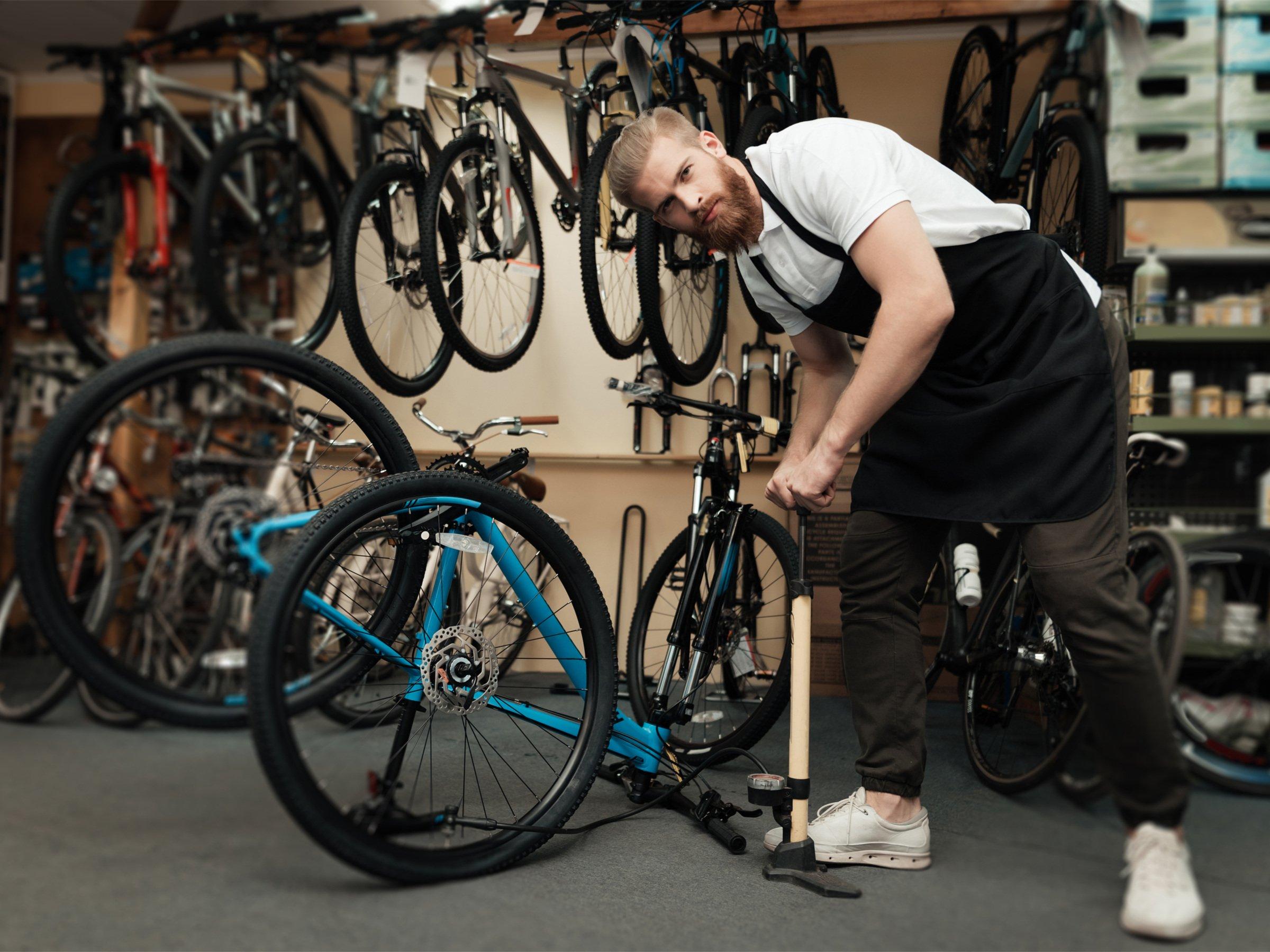 antritt klingeln bei kl tzer altes fahrrad reparieren luft aufpumpen geh rt zum. Black Bedroom Furniture Sets. Home Design Ideas
