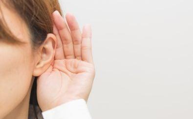 Genau zuhören! Beim Hörspielsommer gibt's was auf die Ohren. Foto: Shalaku | shutterstock.com