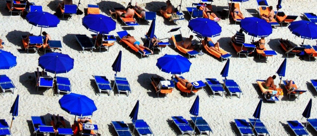 Für Buchliebhaber ist der Strand auch der perfekte Ort zum Lesen. Foto: John Clow | Unsplash