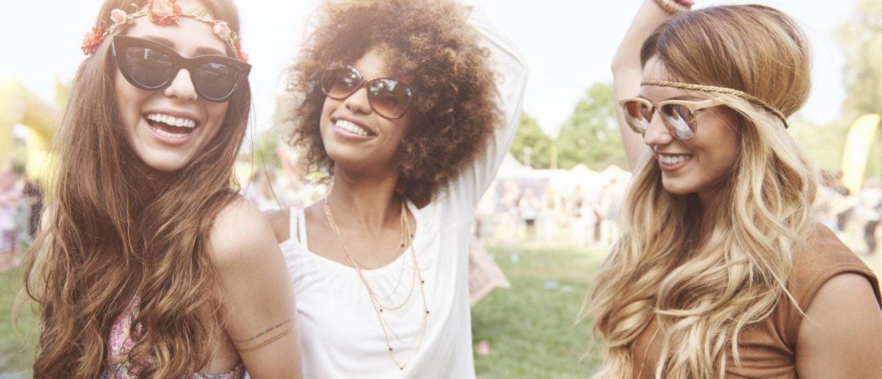 Blumen im Haar und Leinen-Shirts: Zumindest äußerlich erinnern heutige Festival-Besucher immer noch an ihre Vorgänger vom Woodstock-Festival. Foto: gpointstudio | shutterstock.com