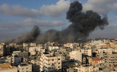 Die israelische Luftwaffe beschießt Ziele in Gaza-Stadt. Bild: Mahmud Hams | AFP