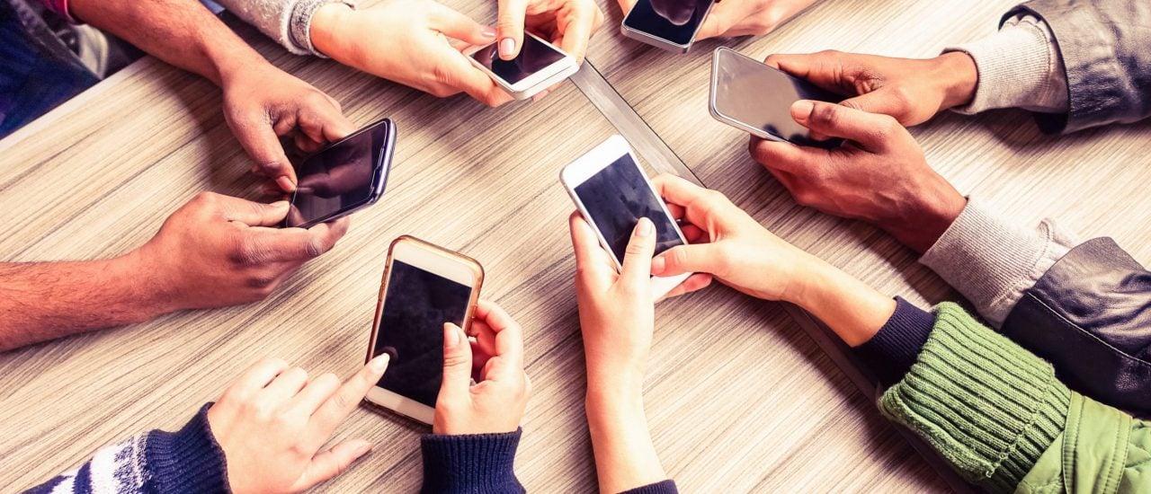 Das Smartphone als Accessoire. Zahlt man wegen des Namens oder wegen der Qualität? Foto: shuttersock.com