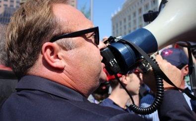 Alex Jones ist er Macher des umstrittenen Infowars-Podcast. Foto: Belltreephotography | shutterstock.com