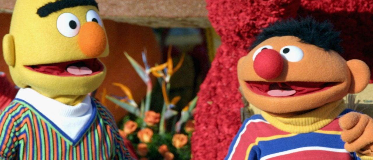 Das Bild zeigt die beiden Figuren der Kinderserie Sesamstraße: Ernie und Bert. 50 Jahre zusammen: Für manche sind sie beste Freunde, für andere ein Paar.Foto: Matthew Simmons | Getty Images North America / AFP