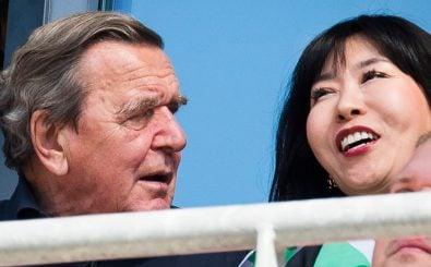 Gerhard Schröder und seine Frau Kim So-yeon wirken nicht so, als hätten sie Probleme. Foto: Odd Andersen | AFP