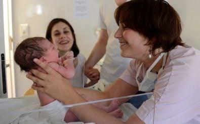 Hebammen sind in der Geburtshilfe unentbehrlich. Nun soll der Beruf akademisiert werden. Foto: Eric Feferberg | AFP