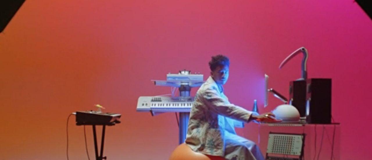 "Toro Y Moi in seinem Musikvideo ""Freelance"". Foto: Screenshot / Harry Israelson"