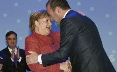 Kanzlerin Merkel gratuliert Manfred Weber in Helsinki zur Nominierung. Foto: Markku Ulander / AFP