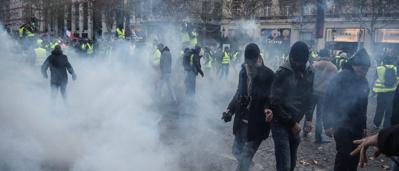 Demonstranten in Paris flüchten vor Tränengas. Foto: Lucas Barioulet | AFP