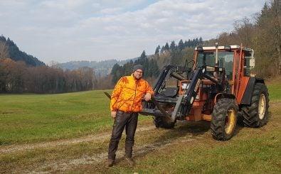 Baron Benedikt von Droste zu Hülshoff auf einer der betroffenen Grünflächen. Im Hintergrund soll einmal der Staudamm entstehen. Foto: privat