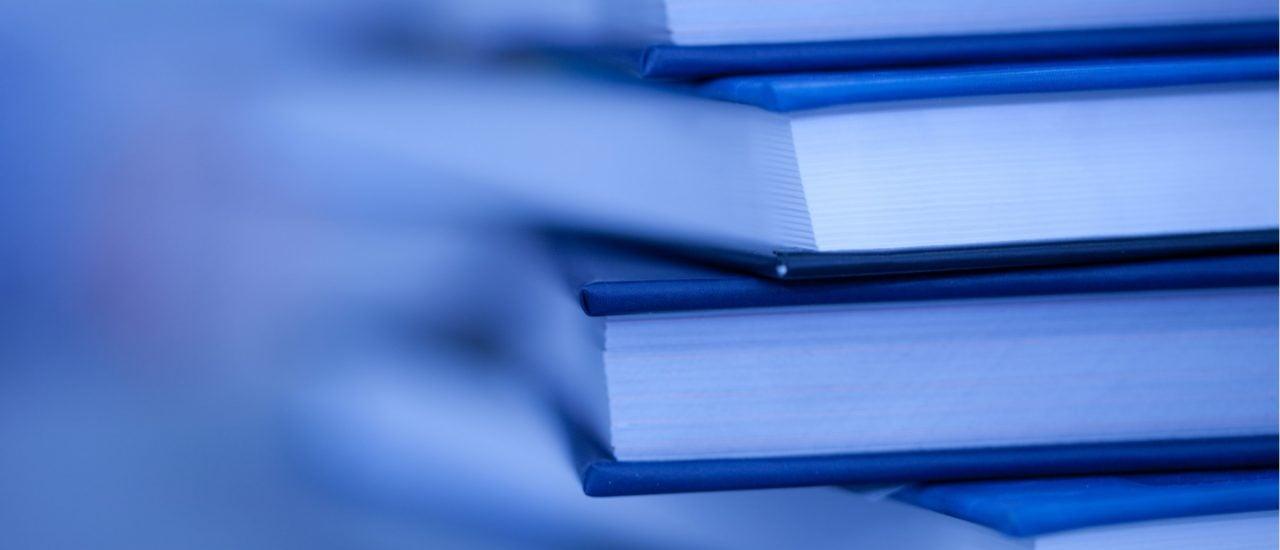 Gedruckte Gesetzestexte erscheinen im Bundesanzeiger-Verlag. Hat das private Unternehmen damit ein Urheberrecht auf die Bundesgesetze? Foto: Zholobov Vadim | Shutterstock