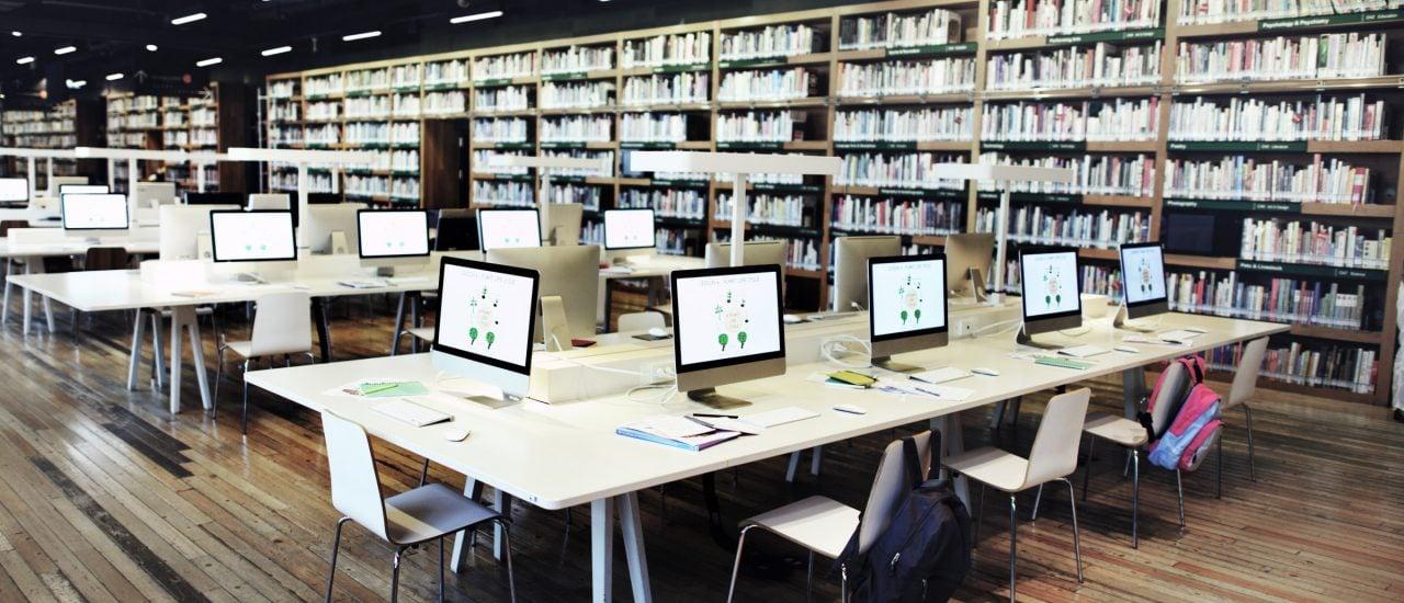 Bibliotheken sind längst mehr als ein reiner Buchverleih. Sie bieten u. a. auch attraktive Arbeitsplätze. Foto: Rawxpixel.com | Shutterstock.com
