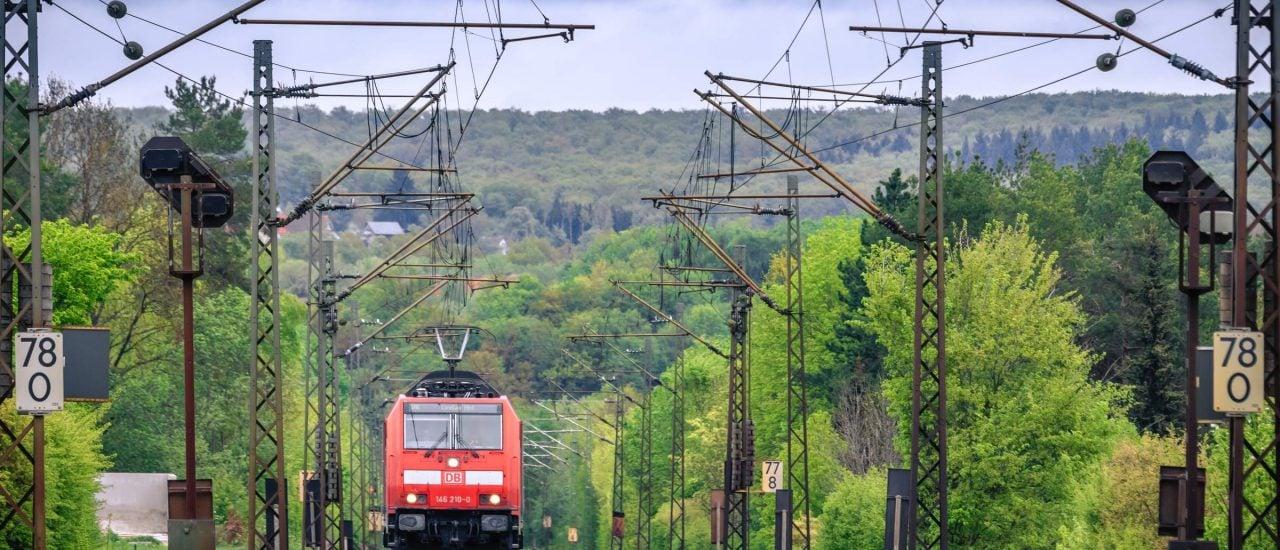Die Zukunft des Schienenverkehrs ist von der Finanznot der Deutschen Bahn bedroht. Foto: Gaschwald | Shutterstock.com