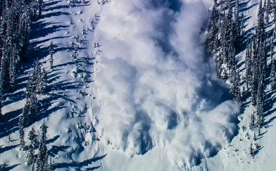 Das Schneechaos in den Alpen dauert schon seit Tagen an. Lawinen bedrohen sowohl Wintersportler als auch Straßen und Dörfer. Foto: NaniP | shutterstock