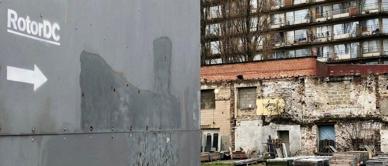 Hinter den Toren zur ehemaligen Schokoladenfabrik in Brüssel-Anderlecht verbirgt sich der Werkhof und die Lagerhalle von rotorDC mit einer Fläche von Rund 5.000 Quadratmetern. Foto: detektor.fm | Juliane Neubauer