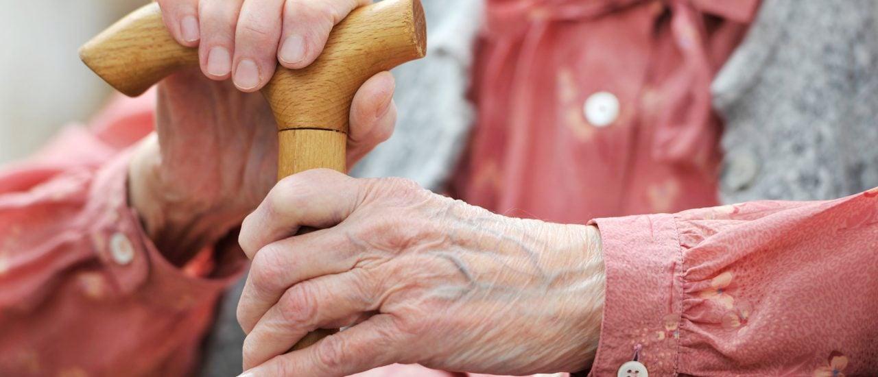Immer mehr Menschen nehmen die Leistungen der Pflegeversicherung in Anspruch. Foto: Alexander Rath | Shutterstock
