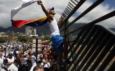 Das venezolanische Militär hält die Grenze geschlossen und lässt weiterhin keine Hilfsgüter ins Land. Foto: Cristian Hernandez | afp