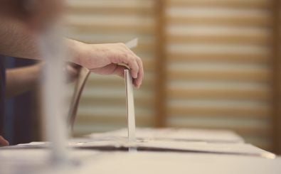 Sollten Jugendliche ab 16 auch ihre Stimme bei Wahlen abgeben können? Foto: shutterstock.com | Alexandru Nika