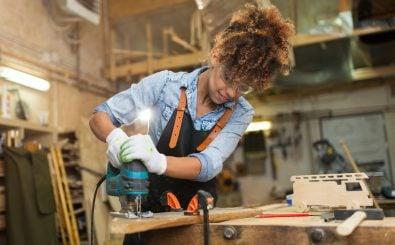 Es arbeiten immer mehr Frauen im Handwerk. Aber in den technischen, männerdominierten Handwerksberufen wie z.B. das Tischlerhandwerk ist der Frauenanteil noch gering. Foto: pikselstock | Shutterstock