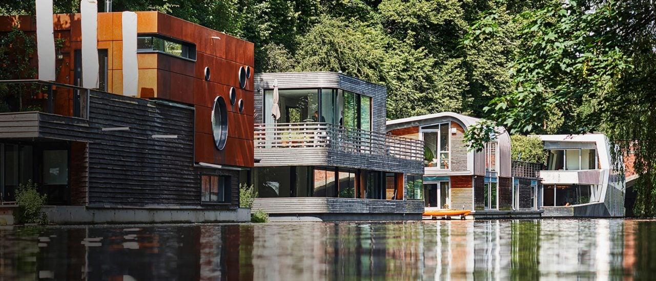 In dicht bebauten Großstädten entsteht Wohnraum auf dem Wasser. Wie hier zu sehen auf dem Elbekkanal in Hamburg. Foto: | Damian Poffet