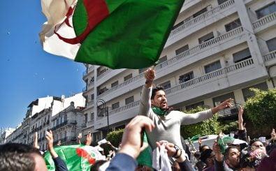In Algerien protestieren zahllose Menschen gegen die erneute Kandidatur von Abdelaziz Bouteflika. Foto: Ryad Kramdi | AFP