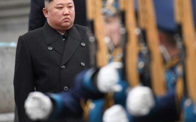 Der nordkoreanische Machthaber Kim Jong Un nimmt an einer Begrüßungszeremonie in der ostrussischen Stadt Wladiwostok teil. Foto: Kirill Kudryavtsev | AFP