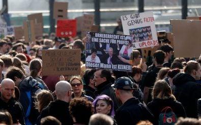 Demonstrationen gegen die EU-Urheberrechtsreform – und Axel Voss. Foto: Odd Andersen / AFP