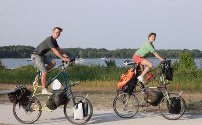 Justus und Daria unterwegs auf ihren Tallbikes. Foto: privat