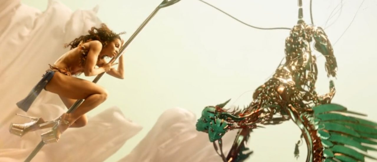 "In ""Cellophane"" trifft FKA Twigs auf futuristische Fantasy-Wesen. Screenshot: 