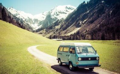 Ein Bulli in den bayerischen Alpen. Bis heute ist der Bus bei Campern sehr beliebt. Foto: drepicter | shutterstock.com