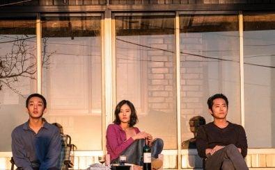Die Schlüsselszene von Burning. Die Hauptcharaktere schauen im Abendlicht aus Süd- auf Nordkorea. Foto: Burning | ©capelight pictures